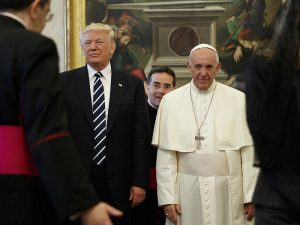 U.S. President Donald Trump stands next to Pope Francis during a private audience at the Vatican, May 24, 2017. REUTERS/Evan Vucci/Pool - RTX37CFZ