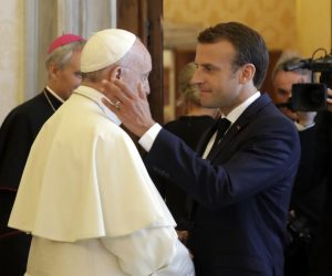French President Emmanuel Macron (R) shakes hands and greets Pope Francis at the end of their private audience, Vatican City, 26 June 2018. ANSA/ ALESSANDRA TARANTINO/AP/POOL