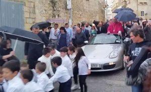 l-arcivescovo-gwann-sultana-si-presenta-con-la-porsche-in-processione-1-1082140