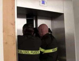 vigili-del-fuoco-liberano-turisti-bloccati-in-ascensore-1034116