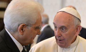 Papa Francesco e Sergio Mattarella in Vaticano, 18 aprile 2015. POOL ANSA : MAURIZIO BRAMBATTI