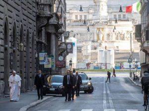 papa-per-via-condotti-deserta-1292170